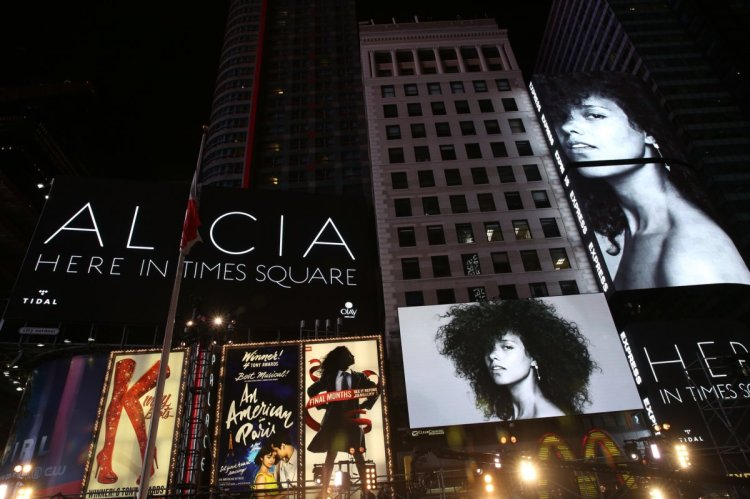 100916-music-shows-alicia-keys-times-square-here-concert31_1200x799